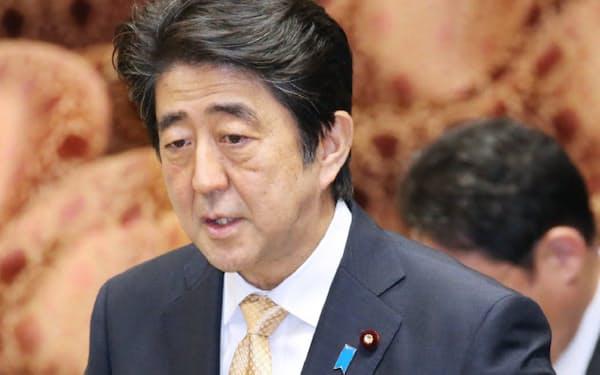 衆院平和安全法制特別委で答弁する安倍首相(28日)
