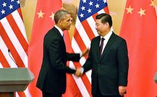 2014年11月、訪中したオバマ大統領(左)と握手する習近平国家主席