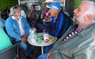 日雇いの仕事を得られず、カフェで時間をつぶす失業者たち(28日、アテネ近郊ペラマ)
