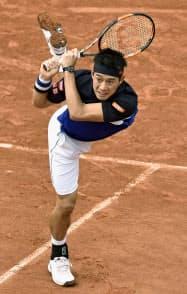 テニスの全仏オープン男子シングルス4回戦でテイムラズ・ガバシビリにストレート勝ちし、日本男子では82年ぶりのベスト8入りした錦織圭(31日、パリ)=共同