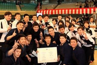 決勝で韓国を下して男子団体3連覇を飾った日本代表