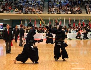 中国・張選手とスウェーデン・ワタナベ選手の一戦。日本ではほとんど見られない二刀流同士の戦いに注目が集まった
