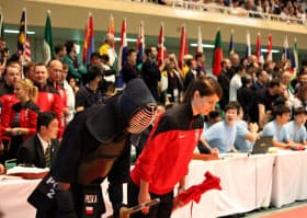 男子個人戦で8強入りしたポーランドのボサック選手(左)。きれいな礼をして会場を後にした