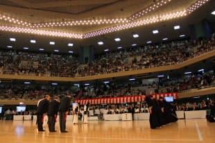 決勝戦を終えて礼をする日韓の男子団体チーム