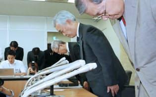 個人情報が流出し、謝罪する日本年金機構の水島理事長(中)ら(1日午後、厚労省)