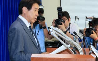 日本年金機構の個人情報流出で記者会見する塩崎厚労相(1日午後、厚労省)