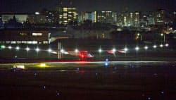 太陽エネルギーだけで世界一周飛行に挑んでいるプロペラ飛行機「ソーラー・インパルス2」が、愛知県営名古屋空港に着陸した(1日)=共同