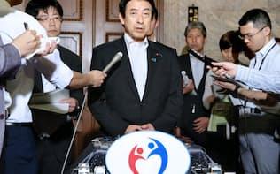 日本年金機構の個人情報流出などについて記者の質問に答える塩崎厚労相(2日、国会内)