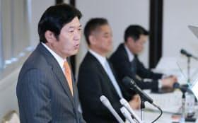 記者会見するLIXILの藤森社長(左)(3日午後、東京都千代田区)