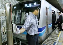 発車メロディーのボタンを押す東京メトロの車掌(東京メトロ東西線日本橋駅)