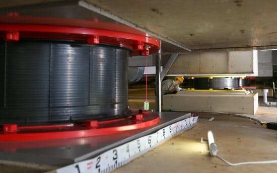 建物下の免震ゴムが地震の揺れを吸収する。横浜市戸塚区のブリヂストン横浜工場で。同社は免震ゴムの最大手だ