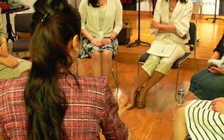 先輩ママの体験談を聞く鍋島勢理さん(奥左、東京都渋谷区)