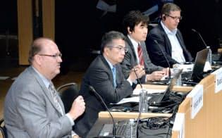 討論する(左から)米GEソフトウェアのビル・ルーバイスプレジデント、東芝の錦織執行役上席常務、ブレインパッドの草野社長、米ピボタルラボのロブ・ミー社長兼創業者(8日午前、東京・大手町)