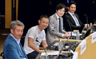 討論する(左から)イー・ガーディアンの高谷社長、freeeの佐々木代表取締役、ランサーズの秋好社長、ブイキューブの間下社長(8日午後、東京・大手町)