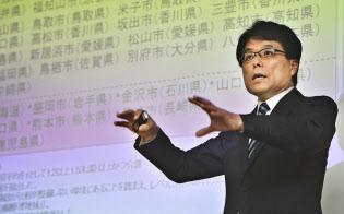 「東京圏高齢化危機回避戦略」について説明する日本創成会議の増田寛也座長(4日)=共同