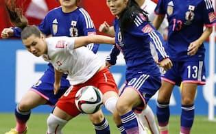 女子サッカーのワールドカップスイス戦の前半、競り合う澤=中央(8日、バンクーバー)=共同