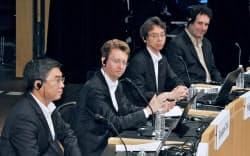 討論する(左から)中国・華為技術の閻力大・法人向けICTソリューション事業グループプレジデント、ノキアのジュゼッペ・タルジア(セキュリティ担当)バイスプレジデント、NTTファシリティーズの筒井清志社長、米コーネル大のホッド・リプソン教授(9日午前、東京・大手町)