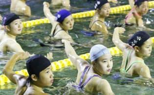 日本泳法の小堀流踏水術を行う京都踏水会の生徒(京都市)