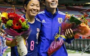サッカー女子W杯1次リーグ初戦でスイスを1-0で下し、喜ぶ国際Aマッチ通算出場200試合目の澤(右)と150試合目の宮間=共同