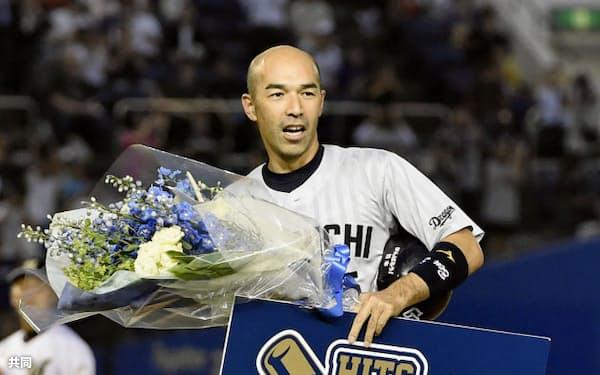 ロッテ戦の2回に通算2000本安打を達成し、笑顔で花束を手にする中日の和田一浩外野手(11日、千葉市のQVCマリンフィールド)=共同