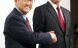 記者会見で握手するトヨタ自動車の豊田社長(左)とマツダの小飼社長(5月13日午後、東京都港区)