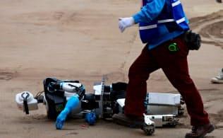 砂地に足をとられて転倒した「チームAERO」のロボット