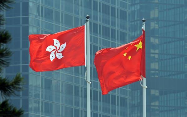 台湾の旗(左)と中国国旗