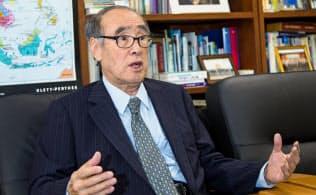 イ・ホング ソウル大教授などを経て、盧泰愚(ノ・テウ)、金泳三(キム・ヨンサム)両政権で北朝鮮政策の担当閣僚。94年12月から95年12月まで首相。駐英大使、駐米大使も歴任した。81歳。