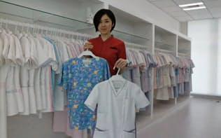 多様なデザインのナース服を用意し、ニッチトップの維持を目指す(本社内に新設予定のショールーム)