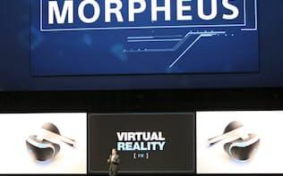 VR端末「プロジェクトモーフィアス」について語るソニー・コンピュータエンタテインメント(SCE)のハウス社長(15日、ロサンゼルス)