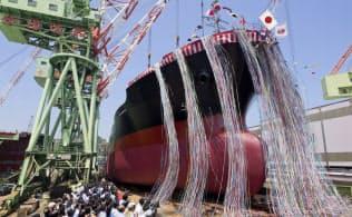 ばら積み運搬船の進水式(14年5月、今治造船の今治工場)