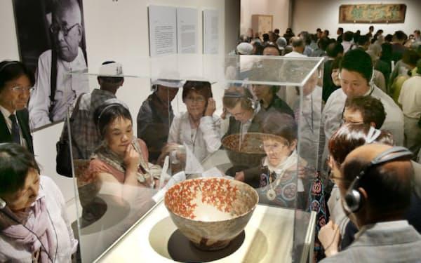 19日に開幕する「北大路魯山人の美 和食の天才」展の内覧会が開かれ、展示を見る人たち(18日午後、京都市左京区の京都国立近代美術館)