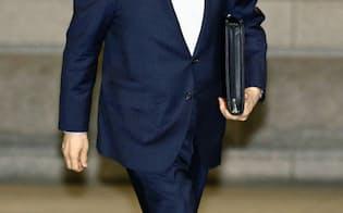 金融政策決定会合に出席するため日銀本店に入る黒田総裁(19日午前)=共同