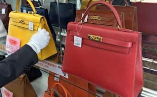 エルメスの赤色のバッグは新品よりも高い値がつく(東京・新橋のブランドオフ)
