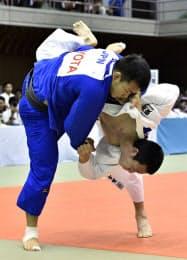 男子73キロ級決勝 土井健史(左)に敗れた古賀颯人(20日、三幸・スポーツマックス愛知県武道館)=共同