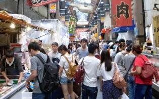 訪日外国人の食べ歩きが増えている大阪・黒門市場