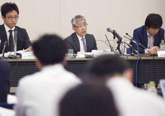 東洋ゴム工業の免震装置不正問題について記者会見する社外調査チーム。中央が代表の小林英明弁護士(6月22日午後、大阪市中央区)
