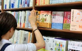 関西弁への関心は高い(大阪市のMARUZEN&ジュンク堂書店梅田店)
