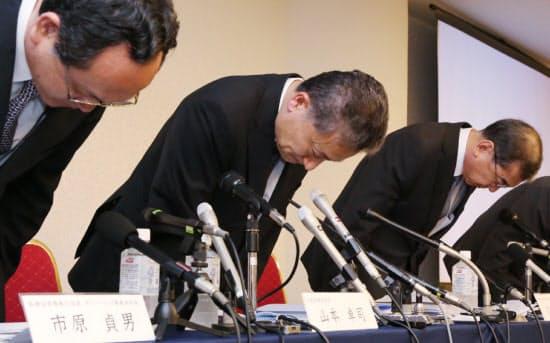 経営首脳の総退陣を発表した東洋ゴム工業。記者会見で山本卓司社長(左から2人目)らが頭を下げた(6月23日、大阪市北区)