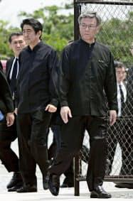 溝は深い安倍首相(左)と翁長知事(23日、沖縄県糸満市の平和祈念公園)=共同