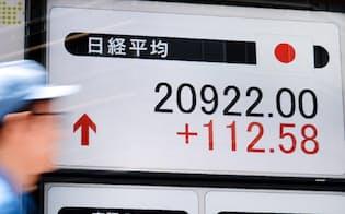 2万900円台で午前の取引を終えた日経平均株価(24日午前、東京都中央区)