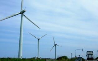 日本海から強い風が吹き付ける北海道・苫前町では、多くの風力発電機が見られる