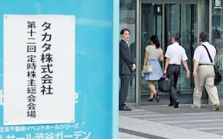 タカタの定時株主総会会場に向かう株主ら(25日午前、東京都渋谷区)