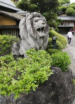 「がんこ和歌山六三園」にあるライオン像は難波橋のものと寸法も同じ(和歌山市)