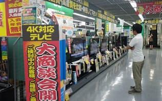 家電量販店各社は4Kテレビを売り場で目立つように陳列する(東京・豊島のヤマダ電機LABI1日本総本店池袋)