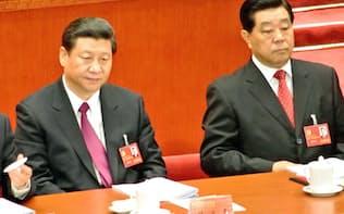 第18回共産党大会までは同じ最高指導部で習近平(左)よりも序列が上位だった賈慶林(右)(12年11月、北京の人民大会堂)