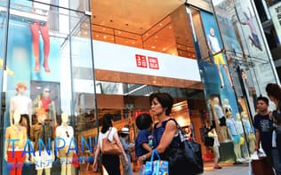 カジュアル衣料品店「ユニクロ」は好調が続いている(東京都中央区の店舗)