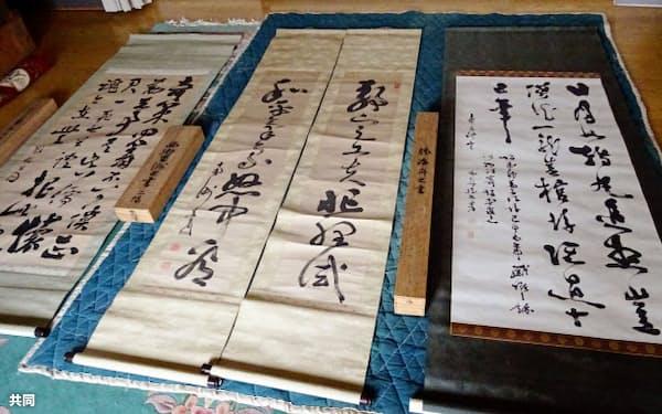 坂本家の子孫が高知県立坂本龍馬記念館に寄託した史料。右は勝海舟が龍馬のおいに宛てた書、中央2点と左は西郷隆盛の書(同館提供)=共同