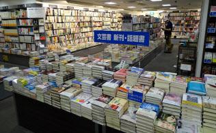 リブロ池袋本店地下1階入り口付近の様子。売れ筋の本が平積みされている