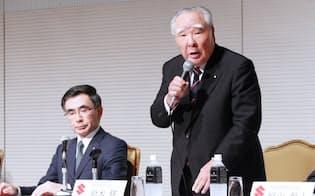 社長退任を発表するスズキの鈴木修会長兼最高経営責任者(CEO)(右)。左は鈴木俊宏新社長(30日午後、東京都千代田区)